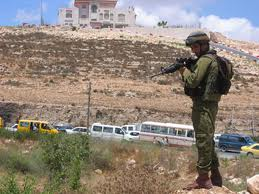 Vojáci zřídili mobilní kontrolní stanoviště u Ramalláhu, v blízkosti vesnice Surda