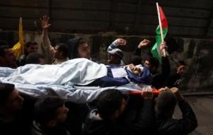 Lidé přenáší zemřelého M. Asfoura do ramalláhské nemocnice, 7. března 2013, foto AFP