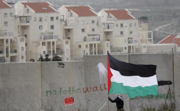 Za apartheidní betonovou zdí ilegální osada na Západním břehu Jordánu