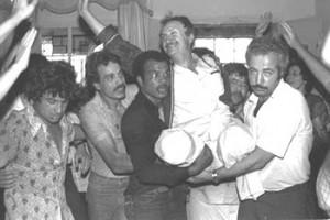 Přivítání Bassama Shakaa po návratu z ammánské nemocnice v r. 1980