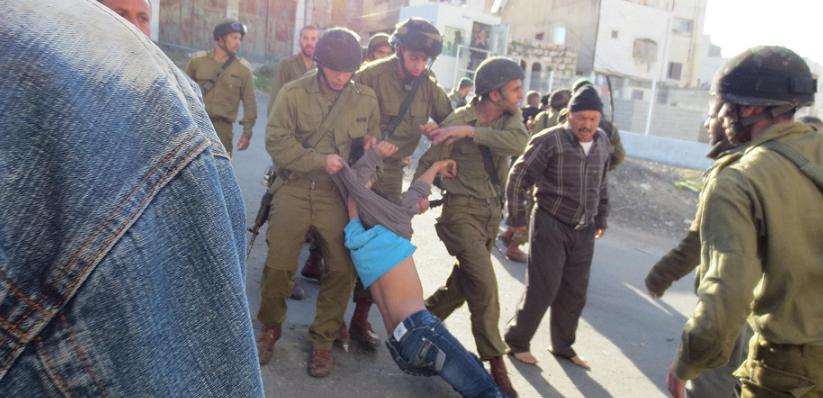 Izraelští vojáci zatýkají nezletilé při razii na děti v Hebronu, 20. března (foto: ISM)