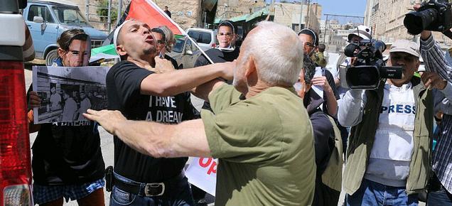 Izraelský osadník zaútočil na pokojného demonstranta v Hebronu. 20. března 2013 (Foto: Activestills.org)