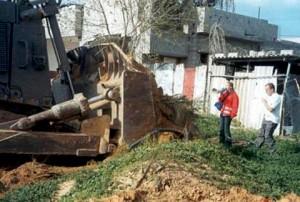 Rachel Corrie a Nick se pokoušejí zabránit možné destrukci domu, Gaza 2003 (Foto Joseph Smith)