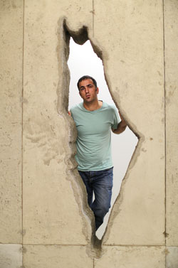 "Khaled Jarrar u své instalace v Londýně ""Whole in the Wall"". Foto: Charlie Bibbi, Financial Times"
