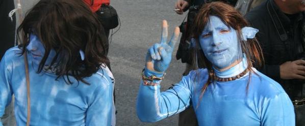 Izraelský aktivista Ronnie Barkan (vpravo) při kreativní demonstraci ve vesnici Bilin u Ramalláhu (2010)